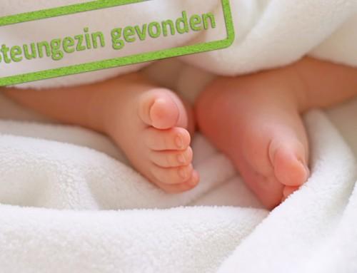 Welk liefdevol steungezin opent haar hart voor deze heerlijke baby van 3 maanden?