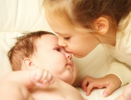 Welk liefdevol gezin biedt een lieve baby en actieve peuter een tweede thuis?