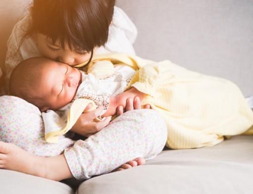 Speel- en/of logeergezin gezocht voor een meisje van 2 jaar en haar baby-broertje