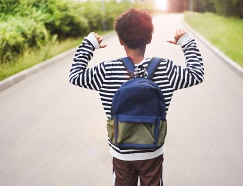 Wie helpt deze jongen met zijn taalontwikkeling?